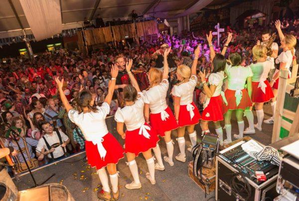 PION horeca promotie uitzendbureau Bergen op Zoom Personeel collega meewerken medewerker Podium Boztoberfest rokjes festival