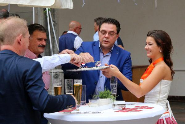PION horeca promotie uitzendbureau Bergen op Zoom Personeel collega meewerken medewerkers Haringparty serveren serveerster bier hapjes