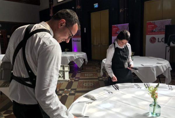 PION horeca promotie uitzendbureau Bergen op Zoom Personeel collega meewerken medewerkers tafel dekken schort