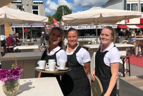 PION horeca promotie uitzendbureau Bergen op Zoom Personeel collega meewerken medewerker Terras koffie parasol serveerster