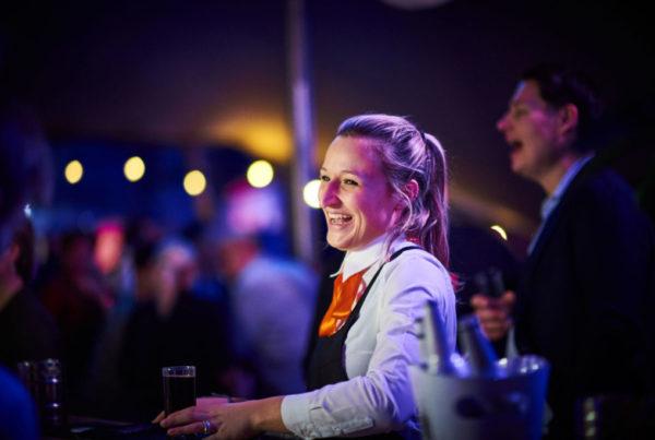 PION horeca promotie uitzendbureau Bergen op Zoom Personeel collega meewerken medewerker Lachen cola drankje champagne