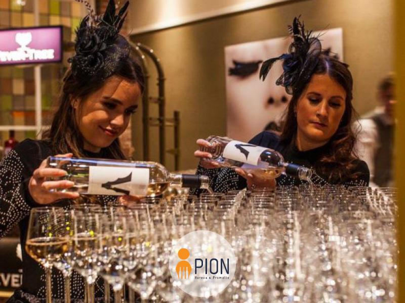 PION horeca promotie uitzendbureau Bergen op Zoom Personeel collega meewerken medewerker glazen vullen wijn dames serveersters Gala bediening