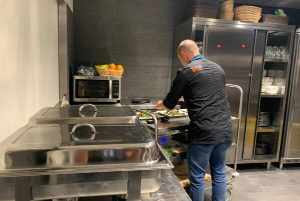 PION horeca promotie uitzendbureau Bergen op Zoom personeel collega meewerken medewerkers Grand café de Dis Dishoek restaurant Keuken Salade borden magnetron kok aanrecht